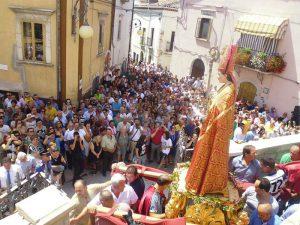 Ripacandida la statua di San Donato all'uscita dalla chiesa con tanta gente