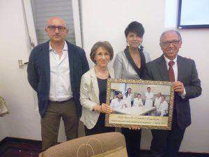 Montemilone la mamma Rosa del prof. D'Amelio consegna agli amministratori il quadro dell'equipe medica che ha scoperto la cause dell'Alzheimer