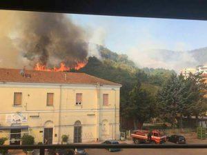 Barile il vasto incendio che ha lambito la stazione ferroviaria