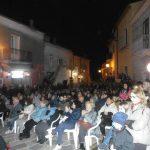 Ginestra il numeros pubblico presente in piazza A.Raffaele ciriello alla performance di Michele Placido