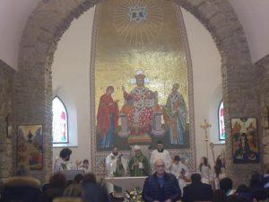 Ginestra nella foto Saverio Pipolo ( quello con gli occhiali) che ritorna al suo posto dopo aver salutato il Vescovo
