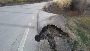 Viabilità provinciale Barile-Ginestra una buca gigante