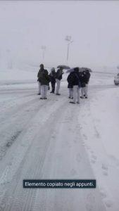 Gli operai infreddoliti scesi dal bus bloccato decidono di raggiungere Ripacandida a piedi